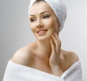 Чистка, массаж, пилинг, омолаживающая процедура для лица слифтинг-эффектом или прокалывание ушей всалоне-парикмахерской «Монро»