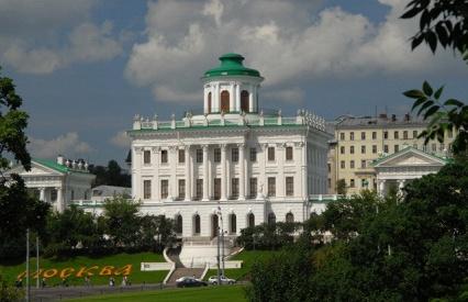 Насчёт Кремля эт я поторопился - но рядом-напротив с ним есть Дом Пашкова. вот там беседка на крыше.