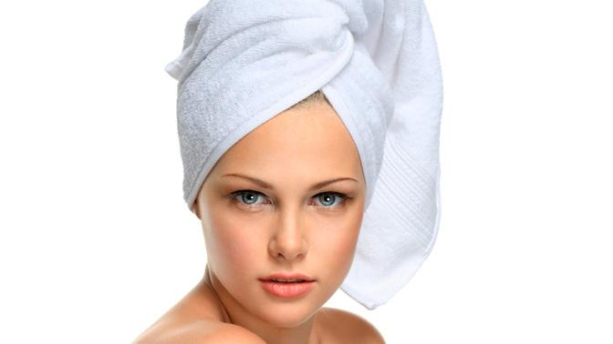 Девушка с полотенцем на голове фото