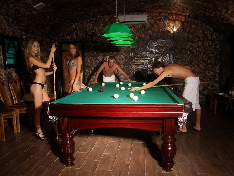 v-saune-na-bilyardnom-stole