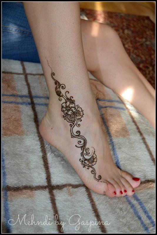 Индийские узоры тату на ноге