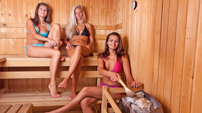 три девки в сауне