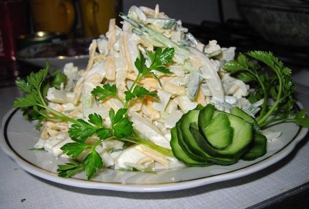 Салат из кальмаров с огурцом и яйцами