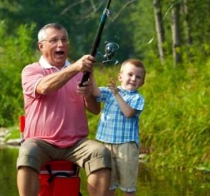 муж на рыбалке с детьми