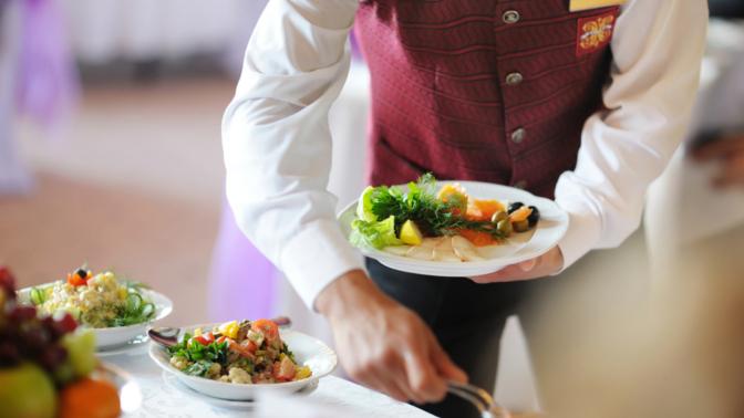 Правила подачи блюд и напитков для официантов