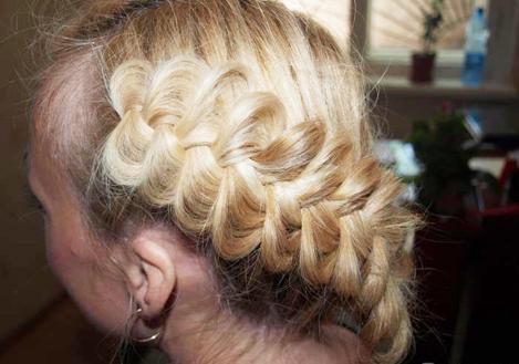 Также после того, как объёмная коса сплетена, можно добавить ей ещё дополнительный объём руками