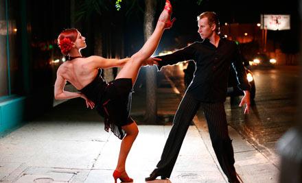 Легендарные «грязные танцы»! Скидка 70% на месяц занятий хастлом в группе для начинающих в танцевальный клуб Территория танца (540 руб. вместо 1800 руб.)