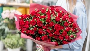 Букеты или розы в коробке