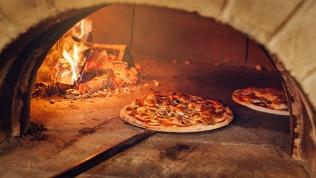 Пицца издровяной печи