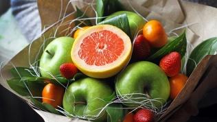 Букет из цветов, фруктов