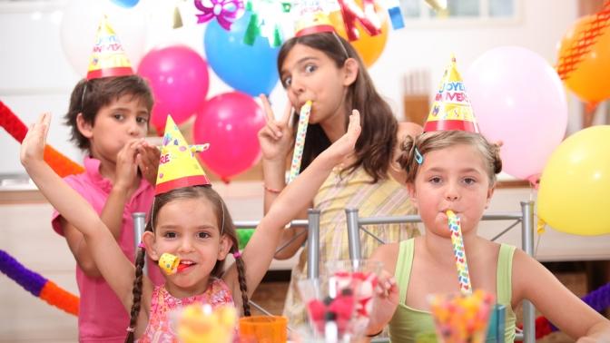 Проведение детского праздника спосещением игровой зоны, анимационной программой, музыкальным сопровождением, дискотекой иподарком вдетском клубе Holiday39 отстудии праздников Holiday (2850руб. вместо 5700руб.)