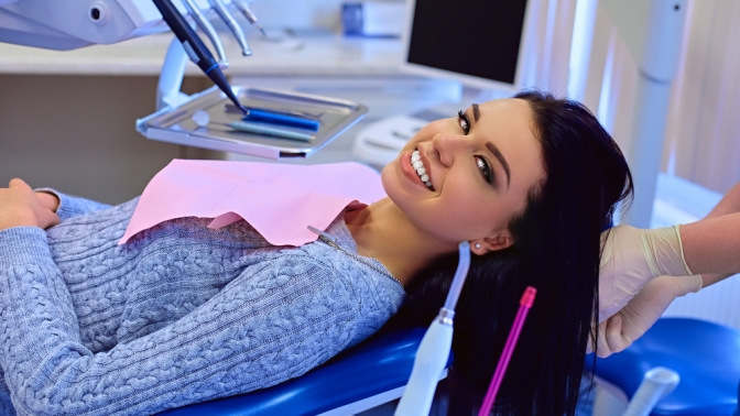 УЗ-чистка зубов, чистка посистеме AirFlow ифторирование от«Стоматологии врачей Никитиных» (609руб. вместо 2175руб.)
