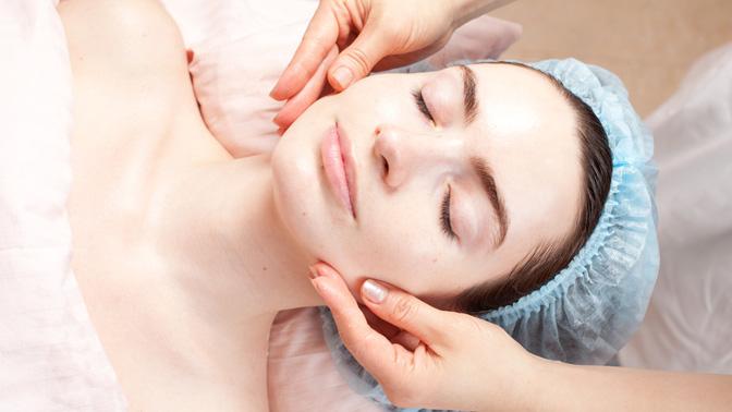 Механическая, комбинированная или УЗ-чистка лица, пилинг, микротоковая терапия имассаж лица встудии CenterSmile