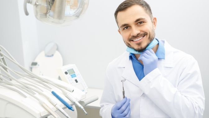 Чистка зубов потехнологии AirFlow, лечение кариеса сустановкой пломбы или эстетическая реставрация зубов в«Центре стоматологии наБабушкинской»
