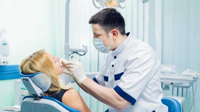 УЗ-чистка зубов собработкой лечебной пастой, косметическая чистка всей полости рта посистеме AirFlow или отбеливание зубов встоматологической клинике «Доктор Зубновъ»