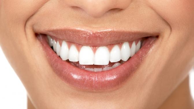УЗ-чистка иотбеливание зубов потехнологии Amazing White вклинике «Добрая стоматология»