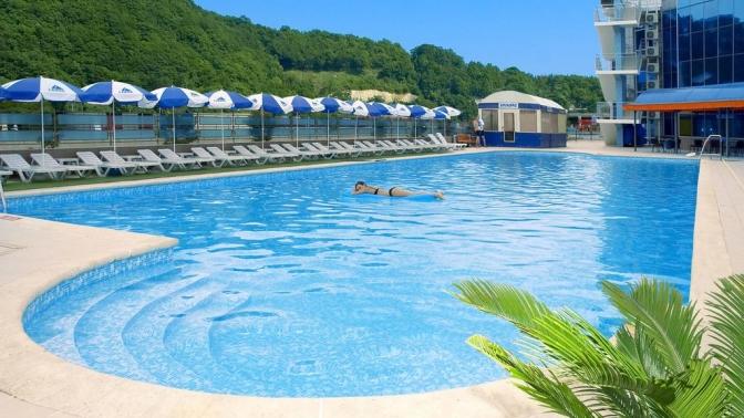 Отдых наберегу Чёрного моря вОльгинке вапартаментах спосещением открытого икрытого бассейнов, саун, оборудованного пляжа отеля «Гамма» откомпании «Курортное бюро №1»