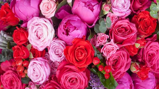 Цветы вдизайнерских шляпных коробках ибукеты изроз, тюльпанов