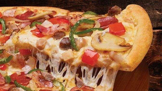 Все большие пиццы отпиццерии Domino's Pizza соскидкой50%