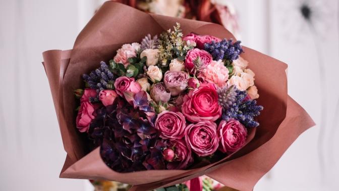 Букет изкенийских роз встильной упаковке сатласной лентой или композиция изцветов нагубке