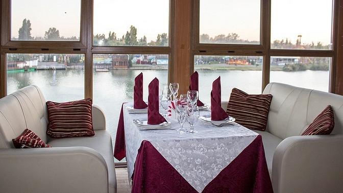 Ужин налетней веранде ссалатом, основным блюдом, десертом инапитком отресторана «Клуб»