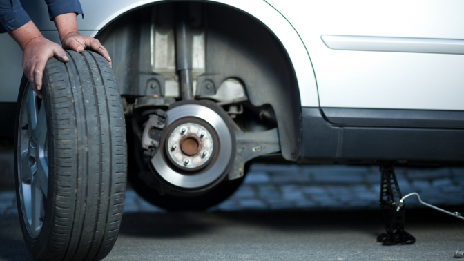 Шиномонтаж ибалансировка 4колес радиусом доR24 для легкового автомобиля или диагностика, чистка изаправка автокондиционера откомпании «Мастер»