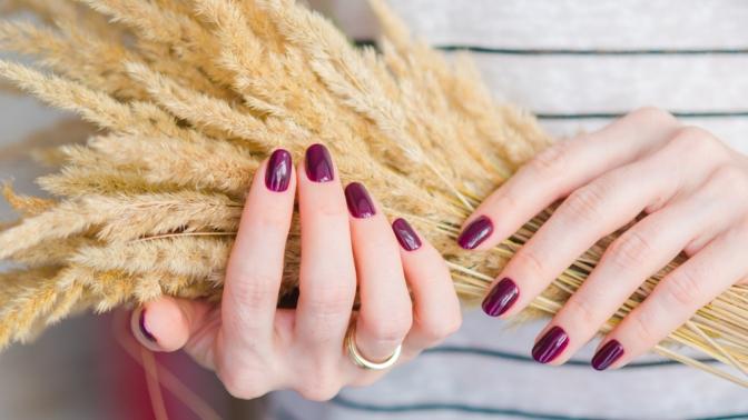 Маникюр ипедикюр свыравниванием ногтей ипокрытием гель-лаком встудии красоты «Золотые руки»