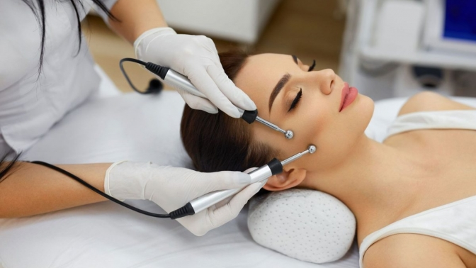 Чистка, пилинг, нанесение альгинатной маски, RF-лифтинг, микротоковая терапия, лазерное омоложение или моделирование лица всалоне красоты Egoist.ka