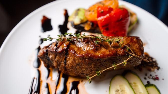 Ужин изсалата, горячего блюда, десерта инапитка вресторане «Город»