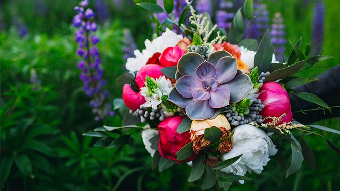 b9eaff46 Цветочная композиция, букет, корзина с цветами или коробка с макарунами от  студии флористики «Фабрика»