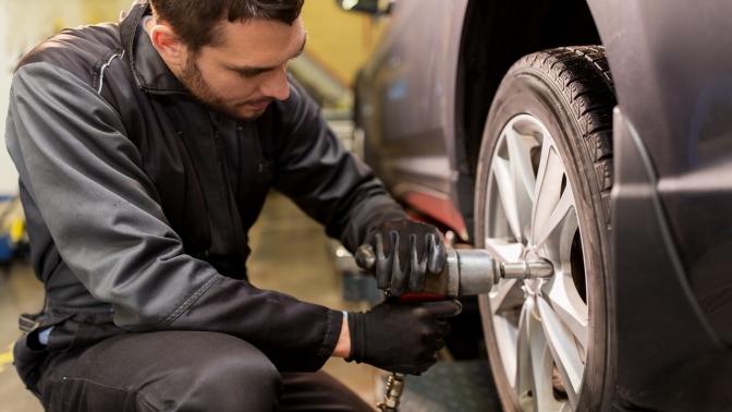 Шиномонтаж ибалансировка четырех колес радиусом отR14 доR19 любого автомобиля всети «Экомойка»