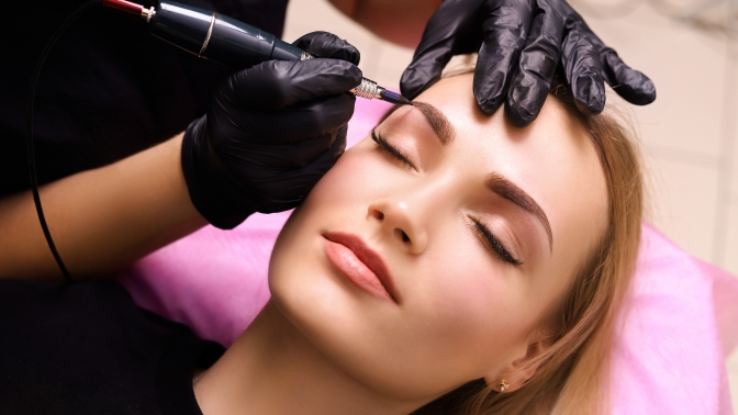 Перманентный макияж губ, бровей или межресничного пространства либо микроблейдинг бровей всалоне «Красота.фм»