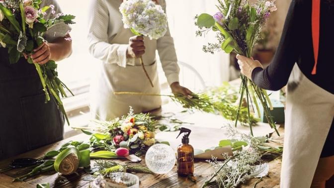 Посещение мастер-класса «Начинающий флорист», «Рисуем картины изцветов», «Флористическое искусство», «Бутоньерка для жениха» или «Букет невесты» откомпании Floart