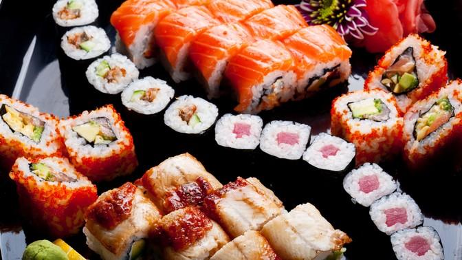 Суши ироллы отслужбы доставки «Суши надом» соскидкой50%
