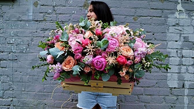 Букет, цветочная композиция вшляпной коробке, корзина или ящик сцветами