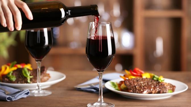 Ужин сбутылкой виноградного напитка вресторане «Таймс» (1300руб. вместо 2600руб.)
