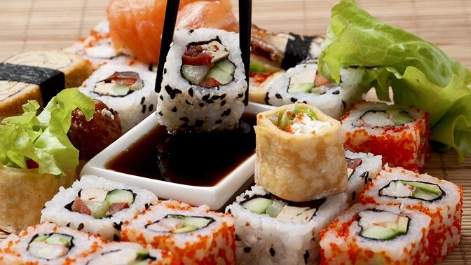 Роллы или пицца отслужбы доставки «Честные суши» соскидкой50%