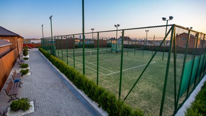Игра вбольшой теннис наоткрытом корте втеннисном клубе «Ореховая роща»