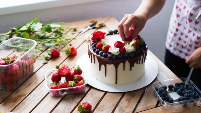 Праздничный торт откондитерской «Неженка» соскидкой50%