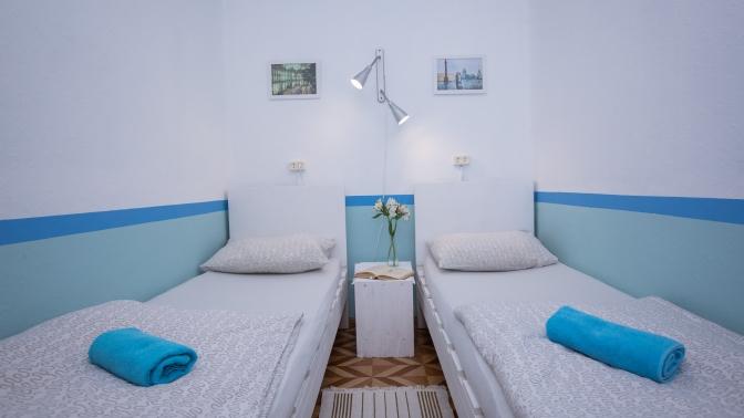 Отдых вСанкт-Петербурге вобщем или двухместном номере вкапсульном хостеле «Лагуна»