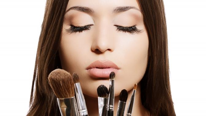 Полный курс макияжа вгруппах или индивидуальные занятия инабор кистей для макияжа вмеждународной школе макияжа «Визаж Nonstop»