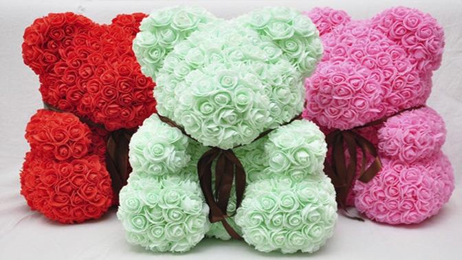 Мишка изфоамирановых 3D-роз споздравительной открыткой ивподарочной упаковке