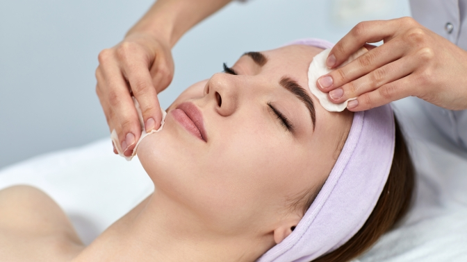 Комбинированная или УЗ-чистка, дарсонвализация лица, лифтинг-массаж лица изоны декольте снанесением альгинатной маски либо без встудии косметологии Beauty Studio