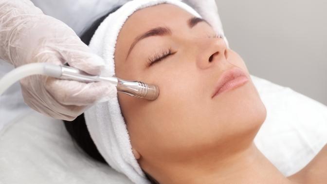 Процедуры безынъекционной биоревитализации, алмазной дермабразии, массажа либо ультразвуковой, комбинированной, механической чистки лица вмедицинском центре «Алтеро»