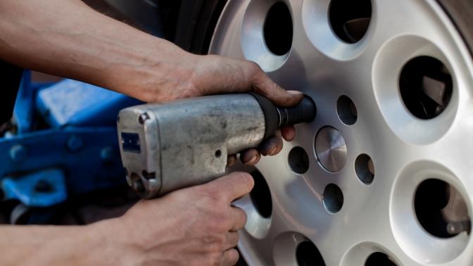 Шиномонтаж колес радиусом отR12 доR22, диагностика ходовой части изамена масла вДВС вавтосервисе Rozov Auto