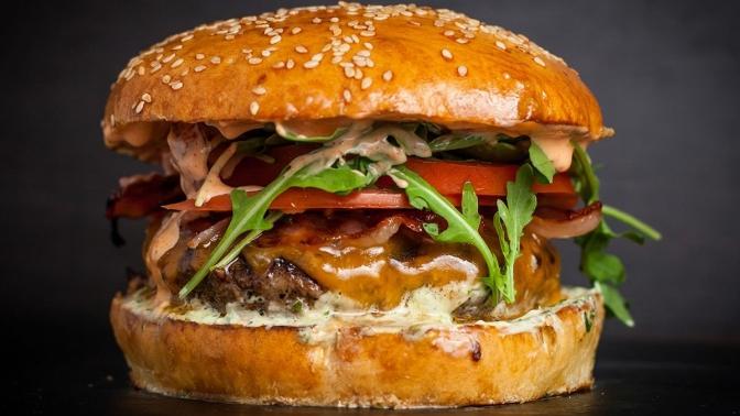 Комбонабор сбургером или гамбургером откафе-стейк-бара BarBQ