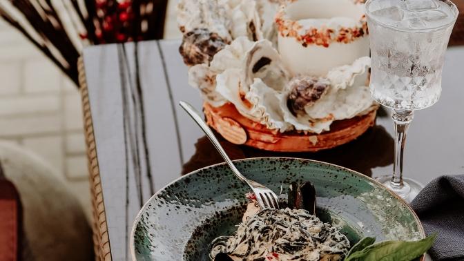Сет «Морской», «Порто Каррас», «Римский» или «Лиссабон» налетней веранде ресторана средиземноморской кухни Porto Carras