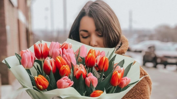 Букеты изтюльпанов, роз, хризантем, цветочные композиции кпразднику
