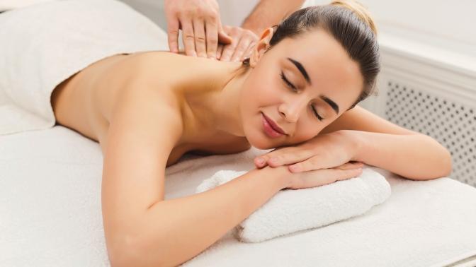 Сеансы мануальной терапии, массажа шейно-воротниковой зоны, спины, лица, медового, классического общего, антицеллюлитного или лечебного массажа вмедицинском центре «Аэстетикамед»
