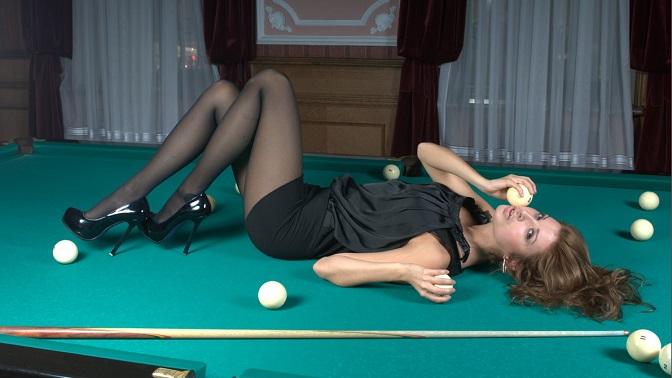 голые сисястые девушки на бильярдном столе